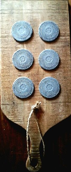 Onderzetters gemaakt van klei #byAkkie #madebyme Clay Ornaments, Diys, Coasters, Diy Crafts, Rustic, Ceramics, Sober, Pendant, Projects