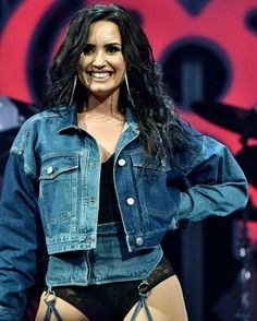 Demi Lovato Photos - Demi Lovato performs at Jingle Ball 2017 at BB&T Center on December 2017 in Sunrise, Florida. - Jingle Ball 2017 - SHOW Joe Jonas, Magcon, Thalia, Shawn Mendes, Justin Bieber, Selena Gomez, Demi Lovato Pictures, Stars News, Netflix