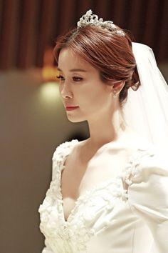 Korean Wedding Hairstyles For Long Hair Cool Hairstyles For Girls, Wedding Hairstyles For Long Hair, Straight Hairstyles, Girl Hairstyles, Bridal Hairstyles, Korean Bride, Korean Wedding, Bridal Makeup Looks, Wedding Makeup