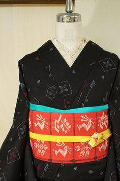 シックな黒の地に、つぼみの薔薇のような、チューリップのようなお花と水玉の装飾模様が織り出された、東欧の刺繍ファブリックを思わせるようなウールの単着物です。