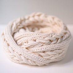 Découvrez en vidéo un tutoriel pour réaliser facilement un joli snood au tricotin circulaire. Avec ses deux tours de cou et ses (fausses) tresses (qui ont l'air de vraies) c'est l'accessoire idéal pour rester au chaud tout l'hiver ! Fil à tricoter utilisé pour ce tuto : Merlin de Kaneh-Bosem Vidéo réalisée et offerte par […]