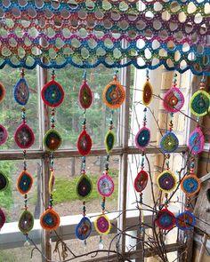 Finished curtains to grandchildrens playhouse - Crochet Clothing 2019 - 2020 Art Au Crochet, Slip Stitch Crochet, Crochet Home, Love Crochet, Crochet Granny, Crochet Motif, Crochet Designs, Crochet Flowers, Crochet Patterns