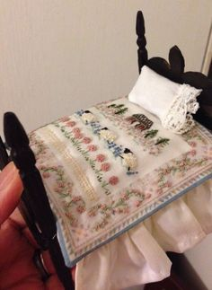 Mini bed with hand-embroidered covers Miniature Quilts, Miniature Crafts, Miniature Dolls, Miniature Furniture, Doll Furniture, Dollhouse Furniture, Small Quilts, Mini Quilts, Mini Doll House