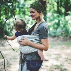 Természetes és gyönyörű: vidd magaddal kislányodat, kisfiadat babahordózóban - kényelmes viselet rövidebb sétákra, hosszabb túrákra, akár fesztiválokra is, hogy ne maradjatok ki semmiből - a Babaszafari bababolt ajánlásával - Natural, Beautiful mom and baby, babycarrying, festival, summer trip, - (kép forrása :creativeoutpour.com)