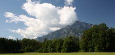 Ai piedi del maestoso e leggendario monte Untersberg, a pochi passi da Salisburgo, ha inizio la storia di PaulHaslauer, fondatore del marchioKurland®, che nel1960cominciò a commercializzare il fango moor, il cosiddetto oro nero, come un impacco di fango di brughiera completamente naturale. Il suo fu un grandissimo successo tanto cheoggi il fango