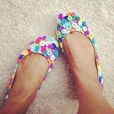 Uma sapatilha que já tá com aparência de velha pode ser customizada, com botões por exemplo, e ficar nova novamente