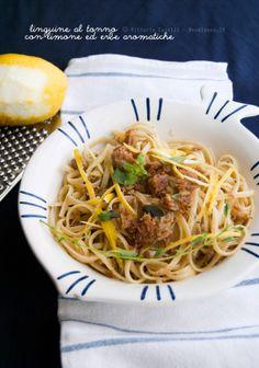 """Linguine al tonno """"dei 10 minuti"""" con limone ed erbe aromatiche fresche. Quando la semplicità premia... nei colori e nel sapore!  La ricetta potete trovarla su http://noodloves.it/linguine-al-tonno-10-minuti"""