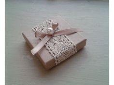 Κουτάκι κραφτ με δαντέλα και πέρλα