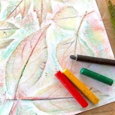 How to Make Leaf Rubbing Art and Leaf Art Printable - 100 Directions Texture Art Projects, Fall Art Projects, Kindergarten Art Lessons, Halloween Arts And Crafts, Watercolor Projects, Leaf Drawing, Crayon Art, Autumn Art, Leaf Art