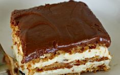 Bake Eclair Cake No Bake Eclair Cake Recipe - keep these ingredients on hand in case an emergency, last-minute dessert is needed!No Bake Eclair Cake Recipe - keep these ingredients on hand in case an emergency, last-minute dessert is needed! No Bake Eclair Cake, Eclair Cake Recipes, No Bake Cake, Chocolate Eclair Cake, Chocolate Frosting, Whip Frosting, Dessert Chocolate, Chocolate Desserts, Pastries
