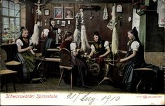 Postcard Schwarzwälder Spinnstube, Frauen, Spinnräder, Volkstrachten. Postally used 1910.