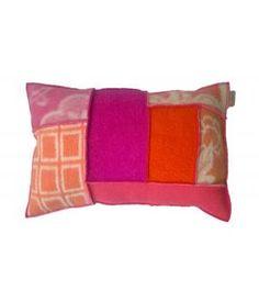 Kussenhoes van retro wollen dekens in zalm, roze, fuchsia en oranje tinten.  Deze kussenhoes sluit met een knoopsluiting aan de achterzijde. Inclusief binnenkussen. Ik maak ze ook op bestelling in andere kleurencombinaties