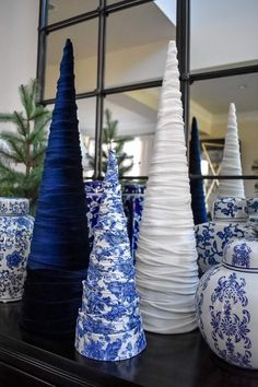 weihnachten-dekoration-tischdekoration Chinoiserie Tree Bringing the Previous Wes Blue Christmas Tree Decorations, Cone Christmas Trees, Christmas Mantels, Christmas Home, Christmas Holidays, Christmas Crafts, Cone Trees, Christmas Villages, Victorian Christmas