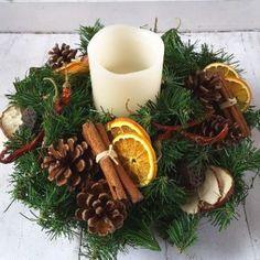 Christmas Flower Arrangements, Christmas Flowers, Natural Christmas, Christmas Candles, Minimal Christmas, Christmas Advent Wreath, Christmas Table Decorations, Christmas Holidays, Navidad Natural