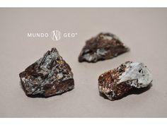"""La ASTROFILITA, cuyo nombre proviene de dos palabras griegas astron, """"estrella"""" y phulon, """"hoja"""", es un silicotitanato de sodio y potasio que contiene también hierro, magnesio, manganeso, y aluminio. Posee cristales de color amarillo con hábito tabular de contorno hexagonal, alargados y generalmente radiados. Agujas con buena exfoliación y frágiles. Se la utiliza como mineral de interés científico y coleccionista."""