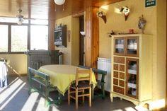Varios muebles de madera maciza realizados artesanalmente por Rudi,