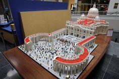 Um padre americano dedicou 10 meses à construção de uma miniatura da basílica de São Pedro com meio milhão de blocos de #Lego. Foto: Matt Rourke/Associated Press.