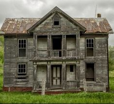 Abandoned Farm Houses, Old Abandoned Buildings, Old Farm Houses, Old Buildings, Abandoned Places, Old Mansions, Abandoned Mansions, Scary Places, Haunted Places