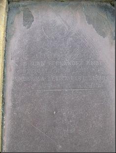 """Cementerios de Luarca. Detalle de la lapida de pizarra y cuyo data es de 1852 y que dice """" A la buena memoria de Juan Fernández Andes, muerto el 7 de diciembre de 1852, su esposa dedica este sepulcro"""""""