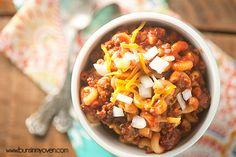 My secret ingredient chili mac is quickly becoming a family favorite! Entree Recipes, Beef Recipes, Cooking Recipes, Chilli Mac, Heinz Chili Sauce, Chili Mac Recipe, Crock Pot Tacos, Homemade Chili, Food Dishes