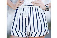 12 shorts: elegí el que va con tu estilo  Las versiones pijameras siguen con todo. Adoramos esta opción navy: sumale una chaqueta de denim oversize para una dupla fabulosa.  /Agustina Tato. Producción de Lara Luján