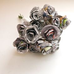 Pin for Later: 70 Thrifty Gifts Any Mom Would Love Newspaper Bouquet Instead of buying flowers, make your own from materials such as newspaper, book pages, and more. Newspaper Flowers, Wedding Newspaper, Newspaper Crafts, Paper Flowers Diy, Paper Roses, Handmade Flowers, Diy Paper, Recycled Crafts, Diy Crafts