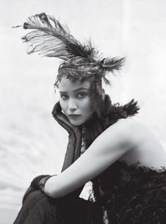 Fashion Photography - Jennifer Lawrence in a feather headpiece // Ph. Tim Walker for W Magazine Katniss Everdeen, Hunger Games, Tim Walker Photography, Magazine Vogue, Magazine Pictures, Femmes Les Plus Sexy, Dior Couture, Mockingjay, Up Girl