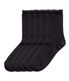 Sort. Finstrikkede sokker med buklet kant øverst.