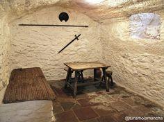 Según algunas tesis Miguel de Cervantes estuvo preso en esta cueva, la Cueva de Medrano. Argamasilla de Alba.