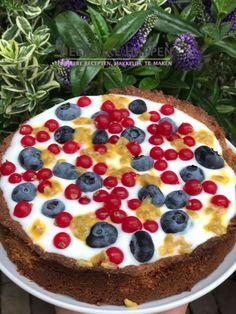 """Verjaardags ontbijttaart Wie jarig is trakteert! En waarom al niet gelijk bij het ontbijt? Dit is een heel simpel receptje met niet heel veel ingrediënten en dus super makkelijk te maken, maar je steelt zeker de show bij het """"ontbijtje"""" op bed.Gebruik voor de Verjaardags... #Amandelmeel, #Fruit, #Ontbijttaart, #Passiefruit, #Taart"""