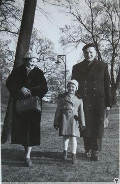 Wrocław, rok 1957, spacerujący schodzą w kierunku ulicy Piotra Skargi.