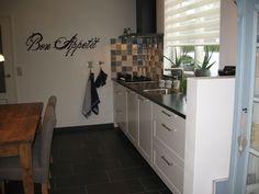 Smakelijke muurtekst voor in de keuken. Leverbaar in verschillende lettertypes en kleuren. www.lalien.nl