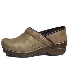 Zoccoli Dansko - Abbigliamento da Castagna - Dansko, il marchio nato in Danimarca e diventato famoso e riconosciuto in tutto il mondo grazie al suo zoccolo ; Modello diventato ormai un icona per quali