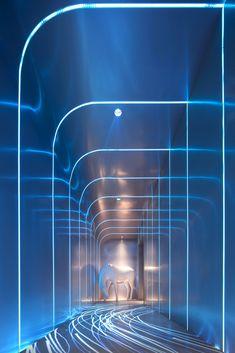FAN迷离酒吧,长沙 / 大同作设计 - 谷德设计网 Wc Design, Interior Design Layout, Art Deco Design, Futuristic Interior, Futuristic Architecture, Kindergarten Interior, Hotel Corridor, Corridor Lighting, Shop Facade
