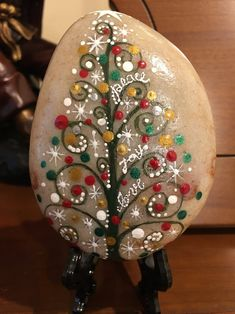 'Tis the season to be jolly with this beautiful hand painted Christmas message stone! Accented with Christmas designs an Rock Painting Patterns, Rock Painting Ideas Easy, Rock Painting Designs, Pebble Painting, Dot Painting, Stone Painting, Stone Crafts, Rock Crafts, Christmas Crafts