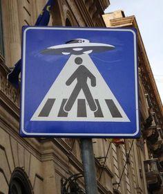 Clet - street artist ovni cartel señal urbano calle