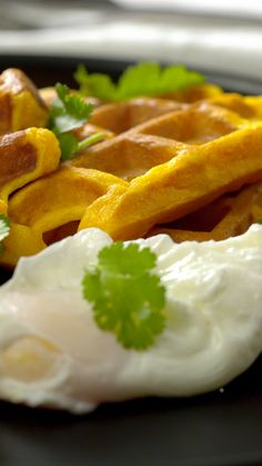 Gaufres de patate douce Sweet potato waffles and a poached egg . It doesn't take much to be happy! Vegan Recipes Videos, Tasty Videos, Food Videos, Cooking Recipes, Brownie Recipe Video, Healthy Breakfast Recipes, Healthy Recipes, Pancake Recipes, Sweet Potato Waffles