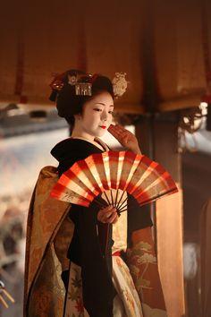 """geisha-kai: """" maiko Toshiteru during Setsubun (SOURCE) """" Geisha Japan, Geisha Art, Japanese Geisha, Japanese Beauty, Japanese Kimono, Japanese Art, Japanese Things, Kyoto, Samurai"""