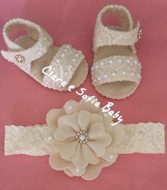 Sandália em renda e feltro para bebês, feito a mão.