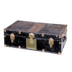 SIGLO XX BAÚL  REFERENCIA:  4072-5  Pequeño baúl de viaje en hojalata pintada de negro con herrajes y cerraduras completas. Falto de la bandeja interior.   Estado de conservación un poco defectuoso.  Medidas: 91 x 53 x 30 cm.
