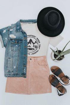 Sommeroutfit-ideen für frauen. Hellrosa cordrock. Kurzarm-jeansjacke. Süße lässige outfit-inspiration. Sommerkonzert outfit ideen. Inspiration für flache kleidung. Roolee.