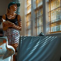 El funcionamiento del aire acondicionado representa un incremento en la factura de la electricidad. Además es un consumo de energía que se traduce en emisiones de dióxido de carbono que contribuyen al cambio climático. En casa podemos tomar algunas medidas sencillas para evitar su uso, ahorrar y refrescar los espacios de manera natural.Refresca tu hogar con medios naturalesMantener el hogar fresco en verano no es fácil, especialmente en edificios antiguos o en áticos. La buena noticia es que… Fresco, Sari, Chic, Natural, Roller Blinds, Stone Flooring, Airstream, Open Window, Climate Change