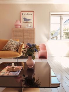 Are you looking to brighten up a dull room and searching for interior design tips? One great way to help you liven up a room is by painting and giving it a whole new look. Home Decor Bedroom, Living Room Decor, Living Spaces, Design Bedroom, Dining Room, Deco Rose, Design Apartment, Home And Deco, Home Staging