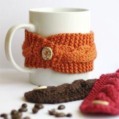 Free cup cosy knitting pattern. Whip one up for the winter months - great for gifts and stocking stuffers!