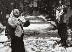Children in the snow. Photo by Unosuke Gamou, #1950s #Japan