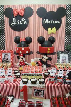 Mickey e Minnie: linda ideia para festa de gêmeos! Aqui tem MAIS FOTOS: http://mamaepratica.com.br/2015/03/17/3-lindas-festas-de-gemeos-do-mickey-e-da-minnie/