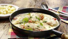 Zarte Hähnchenbrust im Parmaschinkenmantel mit cremiger Sahnesauce, Tomatenstückchen und milden Frühlingszwiebeln.