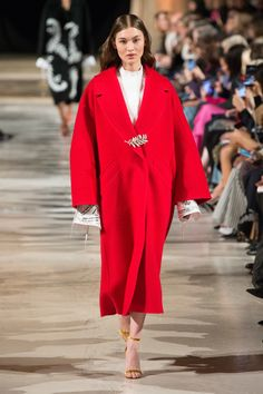 The complete Oscar de la Renta Fall 2018 Ready-to-Wear fashion show now on Vogue Runway. Fashion 2018, Runway Fashion, Daily Fashion, Street Fashion, Vogue, Winter Trends, Ulla Johnson, Fashion Show Collection, Fall 2018