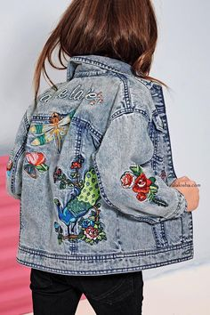 Your kid will be the COOLEST at the park in our embroidered denim jacket! Your kid will be the COOLEST at the park in our embroidered denim jacket! Tween Fashion, Little Girl Fashion, Fashion Women, Kids Outfits, Cool Outfits, Moda Kids, Trends 2018, Denim Fashion, Fashion Clothes