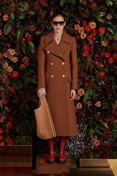 Mulberry Fall 2020 Ready-to-Wear Collection - Vogue Streetwear Mode, Streetwear Fashion, Vogue Paris, Fashion 2020, Runway Fashion, Fashion Hub, Cool Coats, Fall Chic, High Fashion Photography